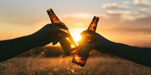 Bier Flaschen anstoßen prost