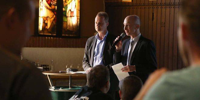 """Axel (links) und Thomas Stauder stellen das helle Vollbier """"Bierchen"""" vor. Foto: Tobias Appelt"""